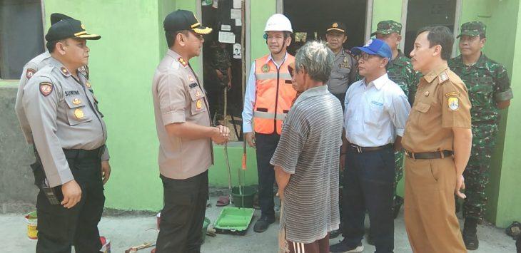 Kapolres Cirebon bersama Muspika Kecamatan Gempol dan Indocement tinjau rumah yang di bedah. Kirno/pojokjabar