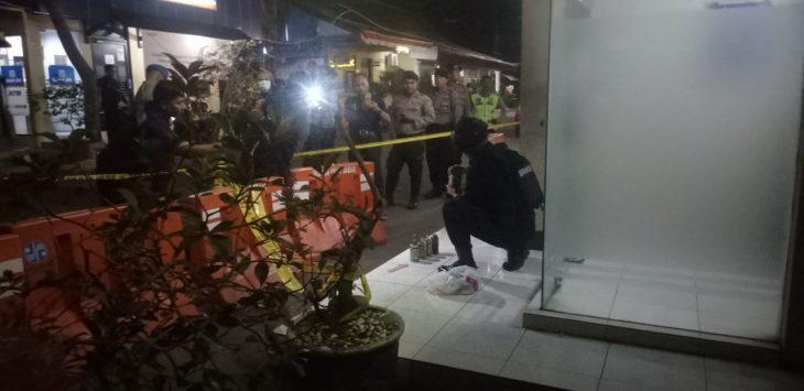 Tim Gegana Brimob Den C Polda Jabar sedang mengevakuasi bom jenis granat di Mapolresta Cirebon. Ist/pojokjabar
