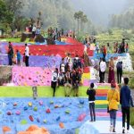 Ratusan wisatawan nikmati warna-warni bumi pelangi. Ist/pojokjabar