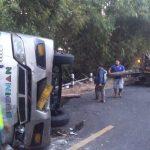 Mobil derek mengevakuasi bangkai bus budiman yang melintang. Ist/pojokjabar