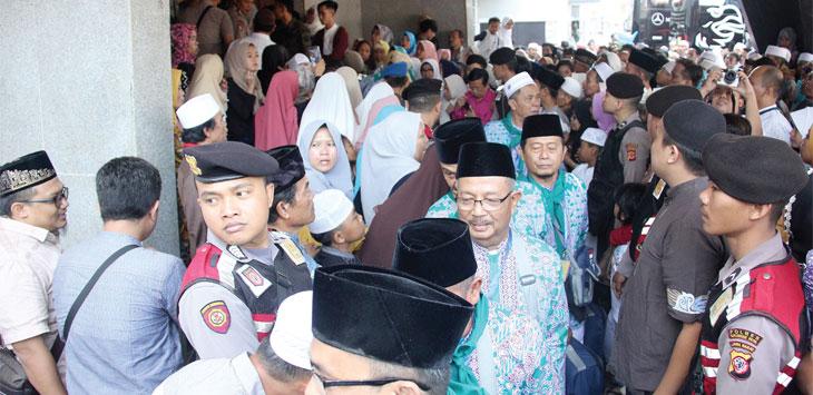 Para Calon Jemaah haji asal Kota Sukabumi saat akan berangkat ke tanah suci Mekkah. Radar Sukabumi