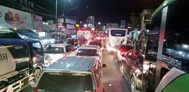 Arus lalu lintas di Jalan Suryakecana, Labora Kecamatan Cibadak, Kabupaten Sukabumi.