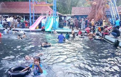Pengunjung menikmati wahana kolam renang di Objek wisata Cibulan. Ahmad/pojokjabar