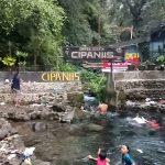 Pengunjung menikmati jernihnya mata air gunung ciremai di objek wisata cipaniis. Ahmad/pojokjabar