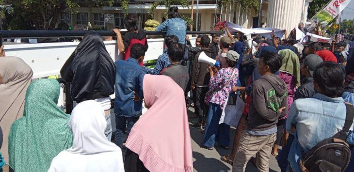 Warga Banjaran Kecamatan Sumberjaya ontrog pendopo Majalengka. Ian/pojokjabar