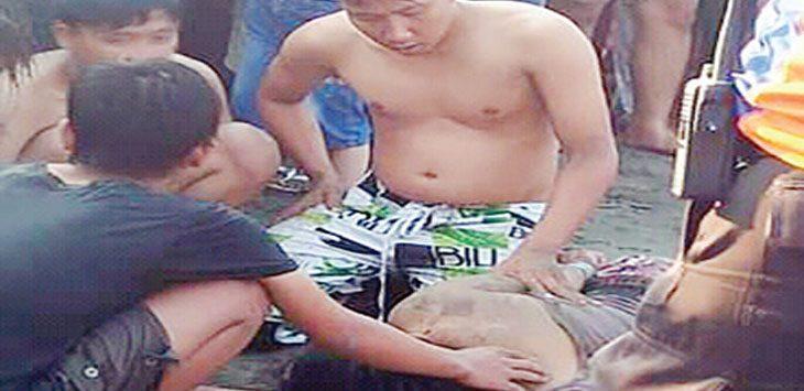 Salah satu korban yang terseret ombak pantai Selatan Sukabumi berhasil diselamatkan petugas, senin (10/6/19).