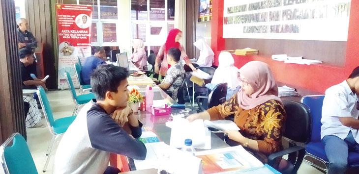 Disdukcapil Kabupaten Sukabumi saat melayani masyarakat dalam pembuatan dokumen kependudukan, senin (10/6/19). Radar Sukabumi