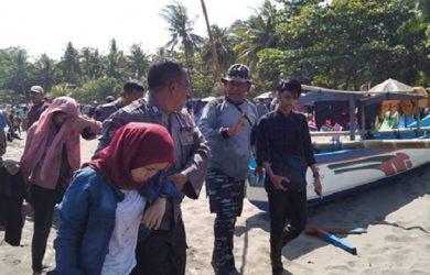Evakuasi perahu terbalik di Pangandaran