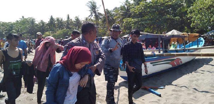 Evakuasi perahu terbalik di Pangandaran./Foto: Rmol