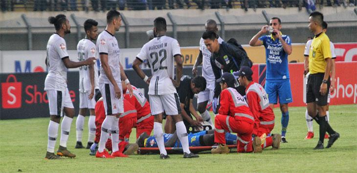 Ezechiel Ndousel Saat di tandu keluar lapangan karena cedera dalam pertandingan Persib Bandung vs Madura United di Stadion Si Jalak Harupat, Soreang, Kabupaten Bandung, Minggu (23/6/19).