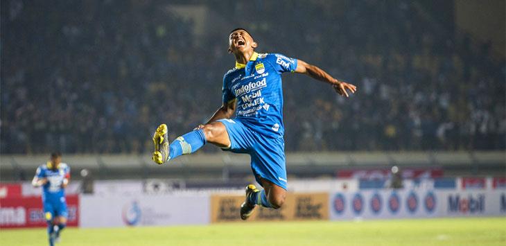 Gelandang serang Persib Bandung Febri Hariyadi melakukan selebrasi usai membobol gawang lawan saat pertandingan di Stadion Si Jalak Harupat, Soreang. Net