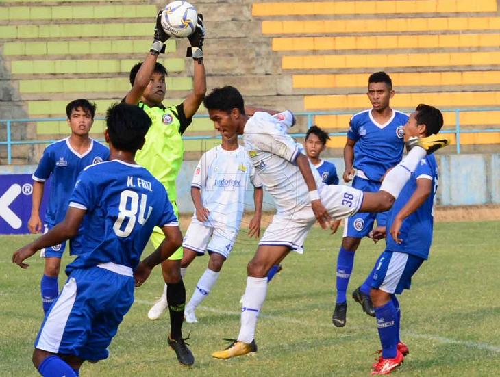 Gelandang PERSIB U-18 Saiful mencoba menyundul bola