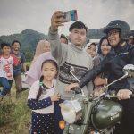 Gubernur Ridwan Kamil berswafoto bareng warga di lokasi wisata di Subang