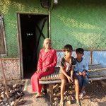 Nenek Suwati bersama cucunya saat di depan gubug reotnya. Ahmad/pojokjabar