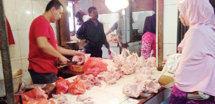 Seorang pedagang daging ayam di pasar tradisional Panggeleseran saat melayani pembeli. Radar Sukabumi