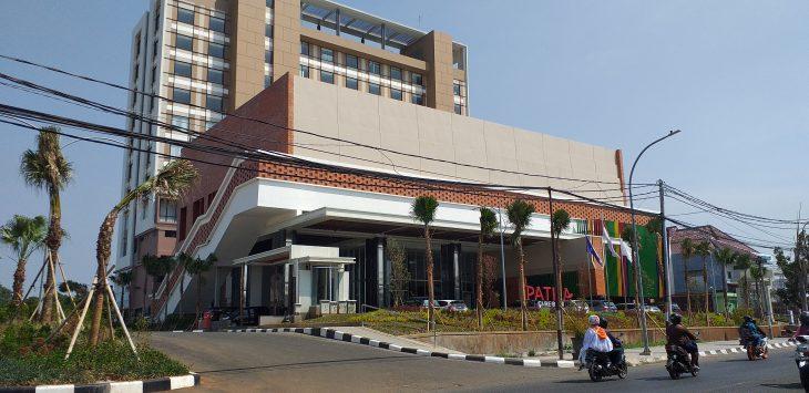 Pengendara melintas depan Hotel Patra Jasa Cirebon. Ghofar/pojokjabar