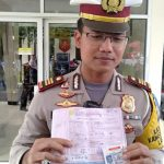 Kasat Lantas Polres Bogor, AKP M Fadli Amri menunjukkan, bukti penilangan kepada Kosasih (ist)