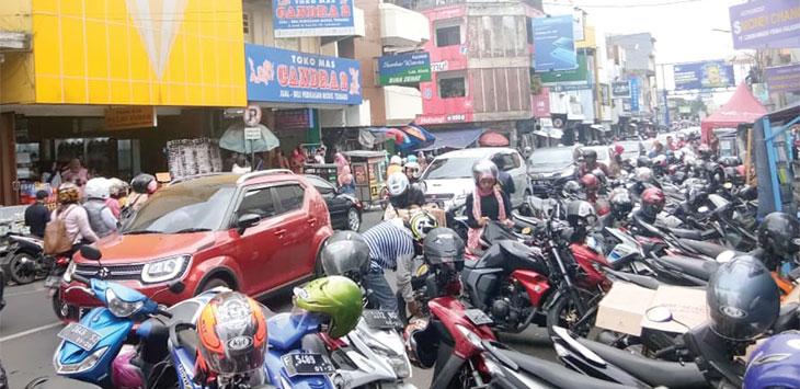 Banyaknya parkir yang memakan badan jalan, membuat kendaraan yang melintas di Jalan Ahmad Yani harus menurunkan laju kendaraanya. Radar Sukabumi