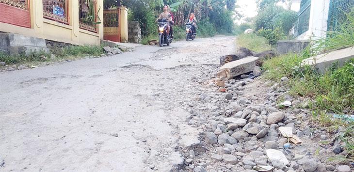 Jalan Gangkenari, Desa Parakanlima, Kecamatan Cikembar, rusak parah dan sudah belasan tahun belum diperbaiki. Radar Sukabumi