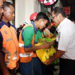 Direktur PT KAI, Edi Sukmoro bersama rombongan pantau arus balik di Stasiun Cirebon sekaligus bagikan sembako kepada pegawai cleaning service dan security. Kirno/pojokjabar