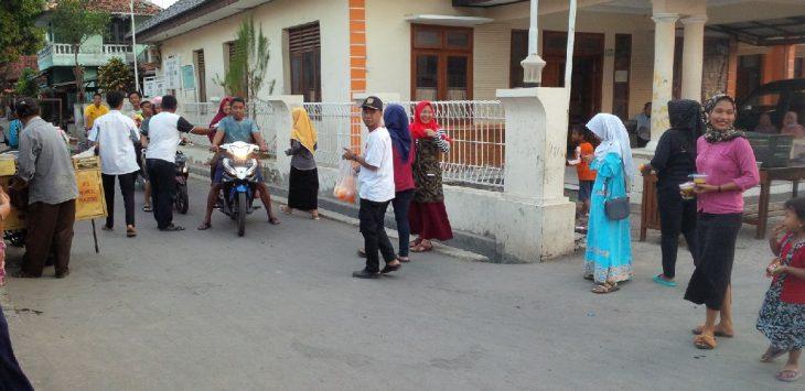 Pengurus Karang Taruna Mekar Jaya Cisambeng bagi-bagi Takjil di depan balai desa setempat. Ian/pojokjabar