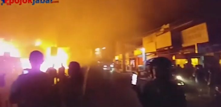 Kebakaraan kios dekat Pasar Ujungberung di Bandung, Minggu (9/6/2019) malam./Foto: Arief