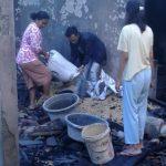 Didi dan istrinya sedang memilah barang yang tidak terbakar. Indra/pojokjabar