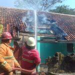 Petugas pemadam kebakaran sedang menjinakkan api yang melalap gudang dan ruang kelas SMPN 1 Gempol. Ist/pojokjabar