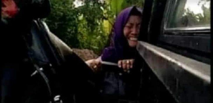 Pasca kecelakaan di Klaten, perempuan ini kesurupan saat akan dinaikkan ke mobil./Foto: Istimewa