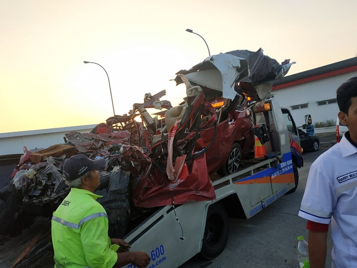 Hasil gambar untuk kecelakaan tol cipali 17 juni 2019