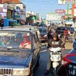 Kemacetan-Akibat-Parkir-Liar-di-Jatibarang-Indramayu