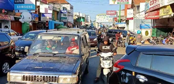 Kemacetan Akibat Parkir Liar di Jatibarang Indramayu