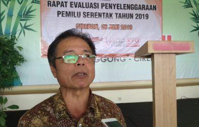 Didi Nursidi, Ketua KPU Kota Cirebon saat memberikan keterangan kepada wartawan. Indra/pojokjabar