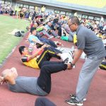 Wali Kota Bekasi Rahmat Effendi saat mengikuti gerakan sparko dibantu oleh salah seorang asisten. (Humas Pemkot Bekasi)