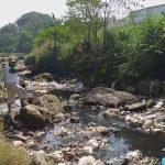 Tata Suparta tunjukan tempat keluarnya cairan limbah RPH Battembat. Ghofar/pojokjabar