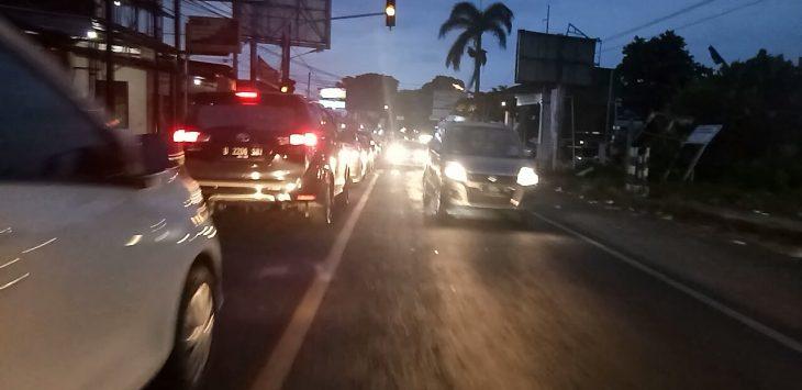 Jalur Kuningan - Cirebon mengalami kepadatan. Ahmad/pojokjabar