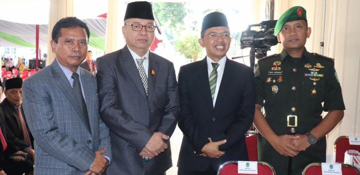 KH. Maman Imanulhaq (kedua dari kanan) saat berfose dengan pejabat di Majalengka. Ian/pojokjabar