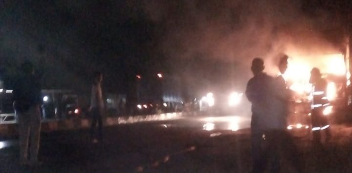 Api hanguskan bagian depan mobil cargo. Petugas pemadam kebakaran langsung lakukan penanganan. Ist/pojokjabar
