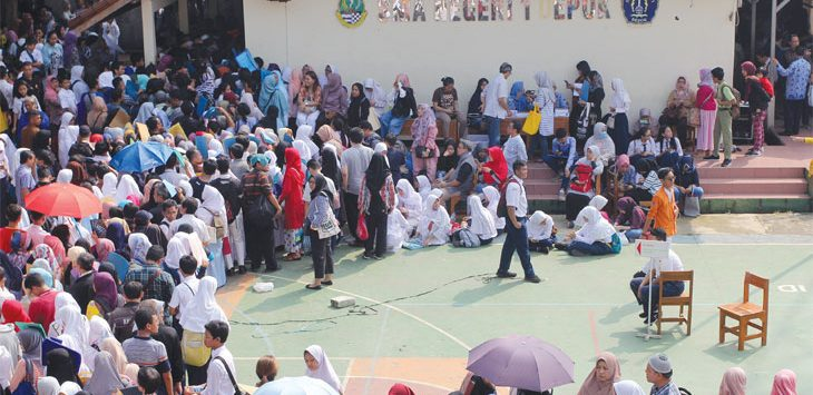 Sejumlah orang tua dan calon siswa saat antre untuk melakukan Pendaftaran Peserta Didik Baru (PPDB) di SMA Negeri 1, Jalan Nusantara Raya, Kecamatan Pancoranmas, Senin (17/6/19). Radar Depok