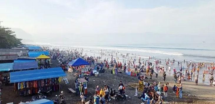 Pantai Palabuhanratu masih primadona untuk liburan.