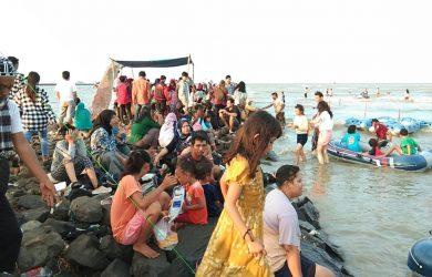 Puluhan masyarakat padati Pantai Kejawanan. Kirno/pojokjabar