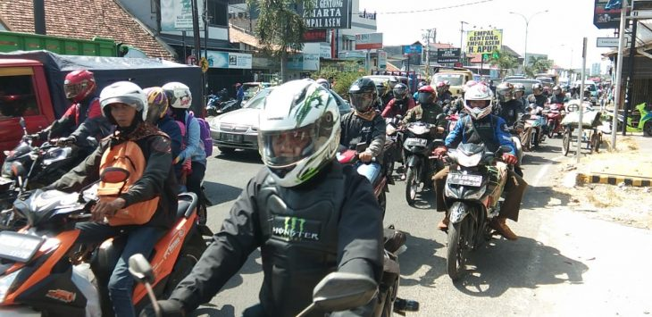 Jalur pantura Kabupaten Cirebon tepatnya depan wisata kuliner khas Cirebon (empal gentong) masih padat merayap. Kirno/pojokjabar