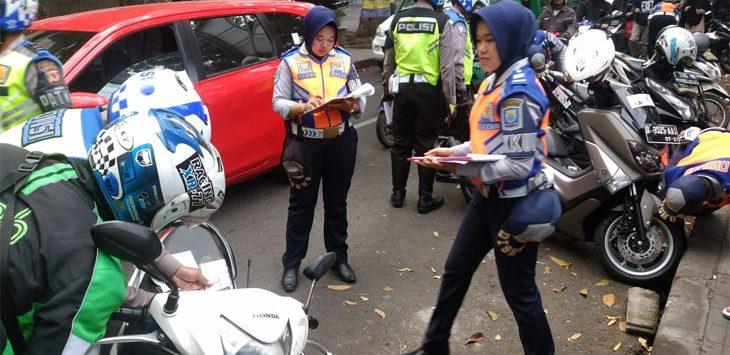 Petugas Tertibkan Parkir Liar di Jalanan Kota Bandung.