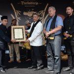 Disaksikan Bupati dan wakil bupati Kuningan, Sultan Sepuh memberikan piagam penghargaan kepada kepala desa Linggarjati. Ahmad/pojokjabar