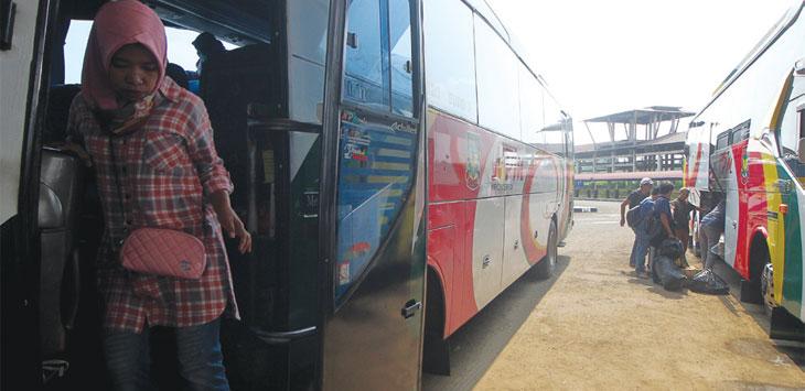 Pemudik saat beraktifitas di kawasan Terminal Jatijajar, Kecamatan Tapos. Radar Depok
