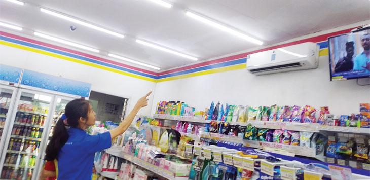Kepala toko, Novita Nuplus Putri menunjukan plapon yang dibobol maling, Rabu (19/6/19). Radar Sukabumi