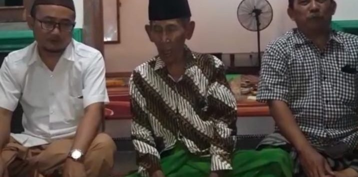 Ponpes Gedongan Kabupaten Cirebon KH. Mukhlas Dimiyati (tengah). Ist/pojokjabar