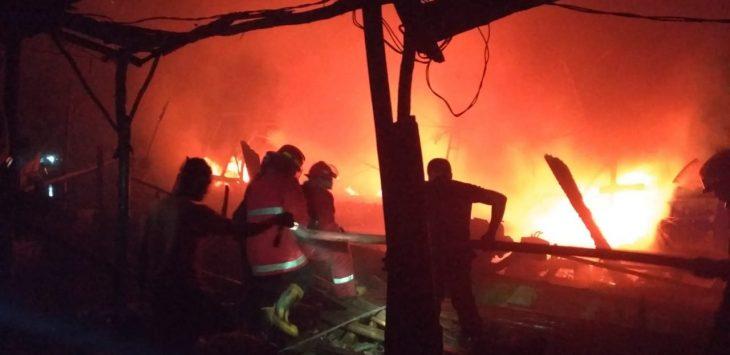 Belasan perahu nelayan dilalap api. Ist/pojokjabar