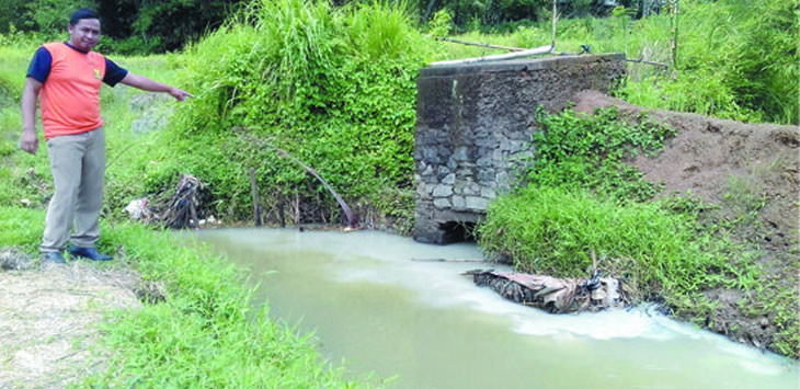 Seorang warga saat menunjukan kondisi sungai Cibodas yang diduga telah tercemar limbah pemotongan batu hijau di Desa Bojongraharja, Kecamatan Cikembar.