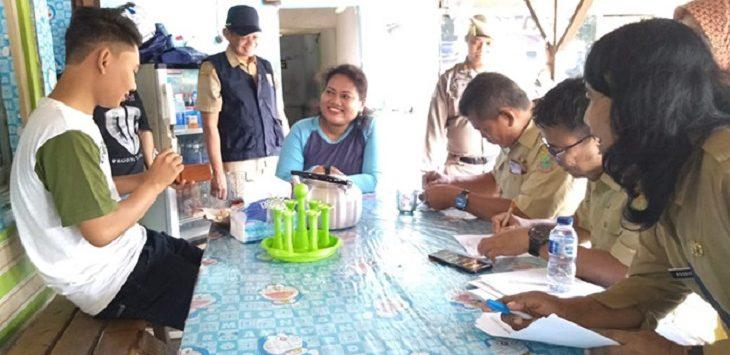 Petugas lakukan pendartaan terhadap pendatang di Karawang./Foto: Rmol